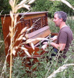 Jens am Klavier auf einer Wiese