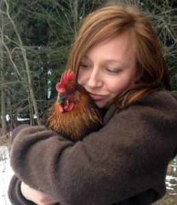 Kati kuschelt mit Huhn