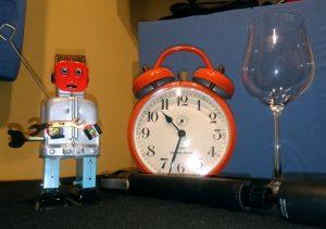 Roboter, Wecker, Luftpumpe und Weinglas