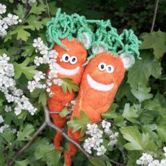 Ohrrüben sitzen auf einem blühenden Zweig